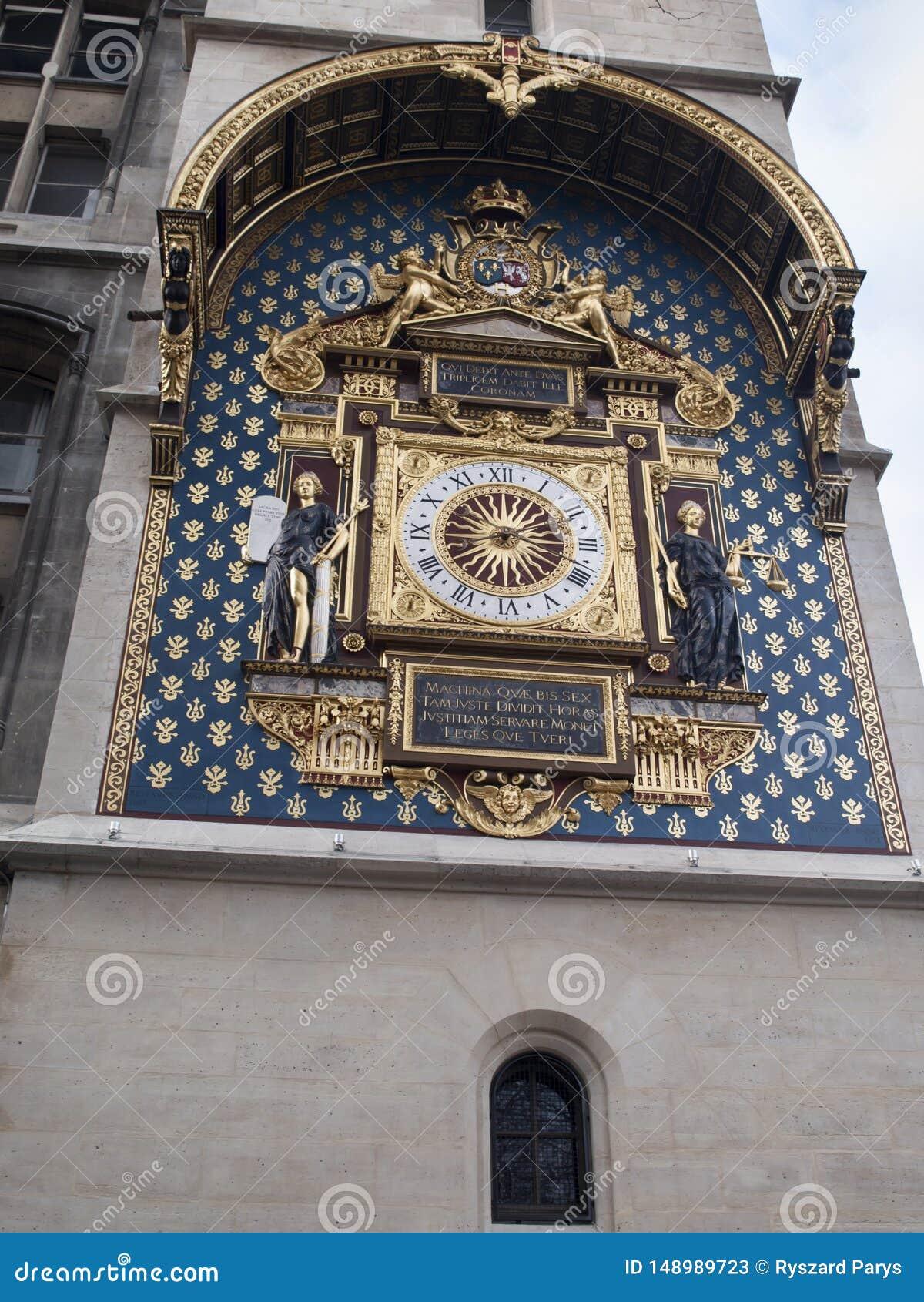L horloge parisienne la plus ancienne accrochant sur le mur du Conciergerie