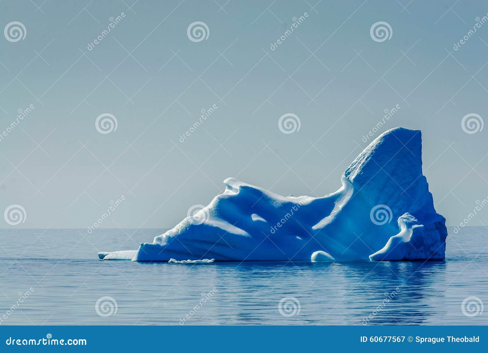L iceberg bleu profond flotte dans le SAE arctique, fondant
