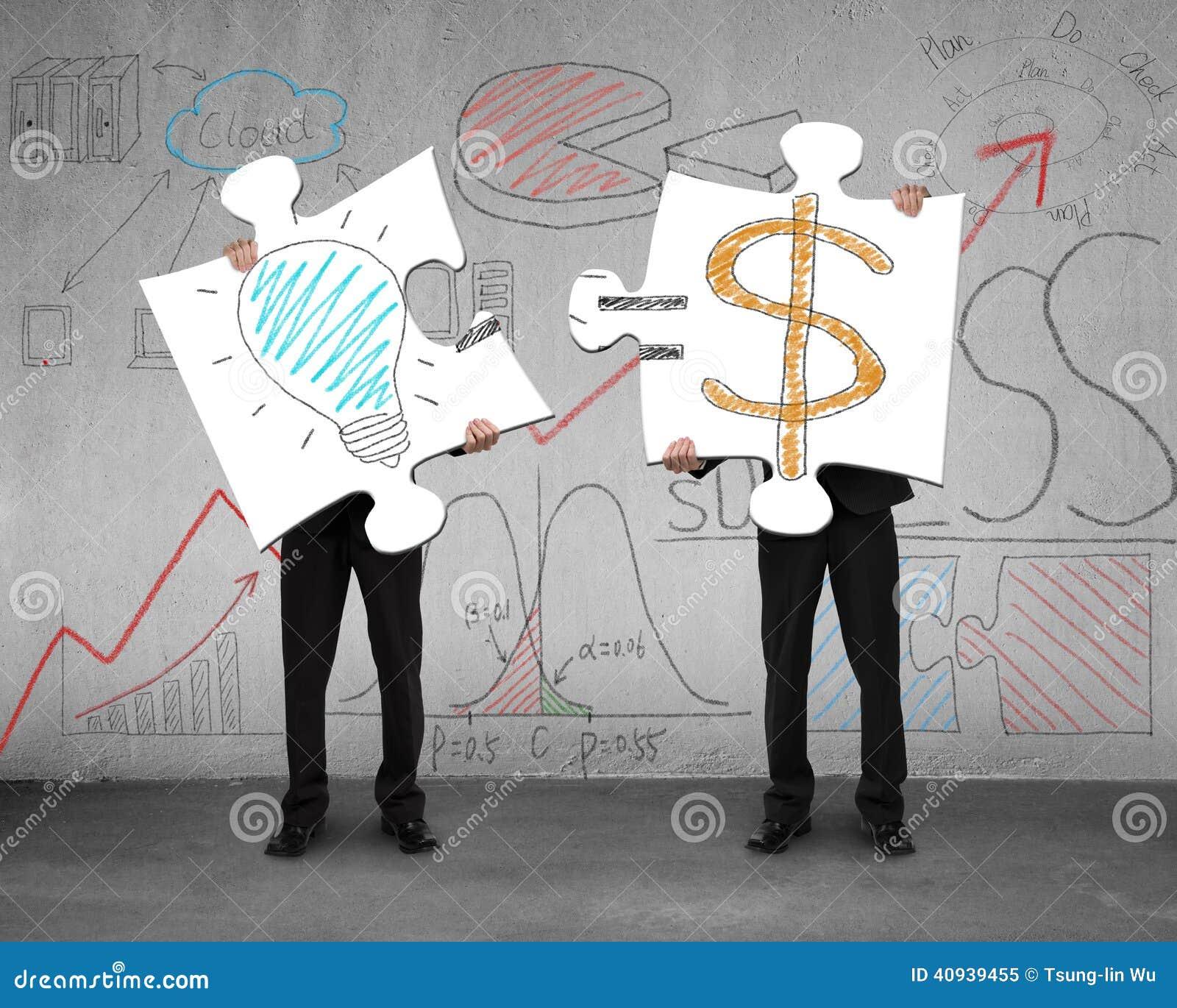 L idea è concetto dei soldi sui puzzle con la tenuta degli uomini