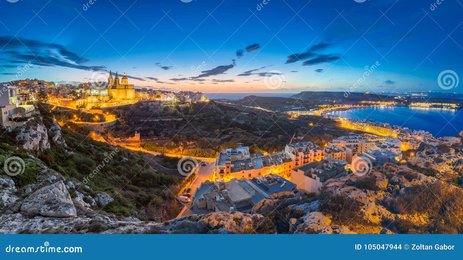 3b4118ea927a2c L IL-Mellieha, Malte - la belle vue panoramique d horizon de la ville de  Mellieha après coucher du soleil avec l église de Paris et le Mellieha  échouent au ...
