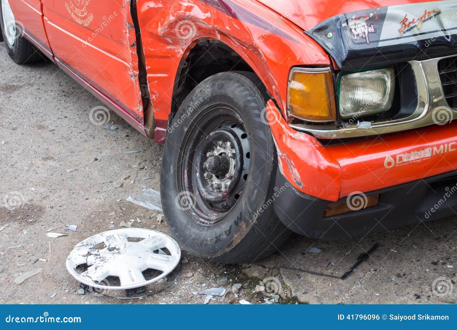 L illustration de véhicule des accidents 3d a isolé le blanc rendu