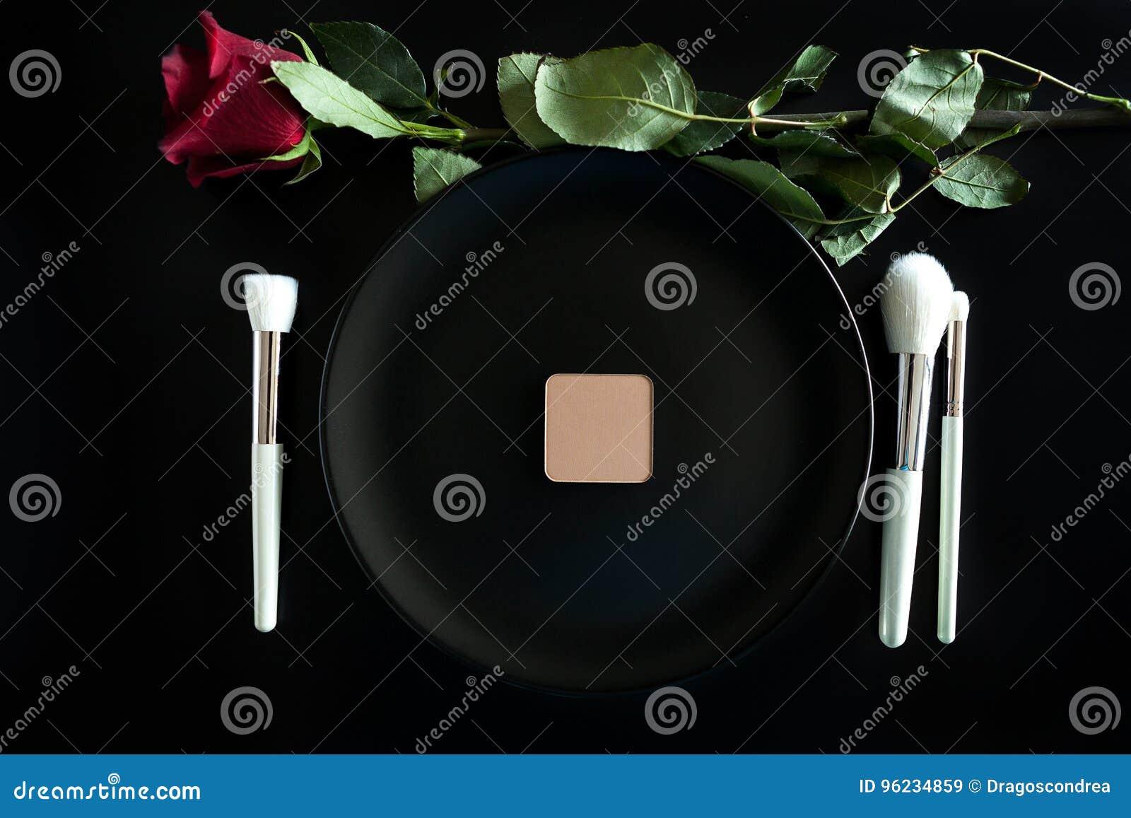 L image conceptuelle de composent des brosses à côté du plat de dîner