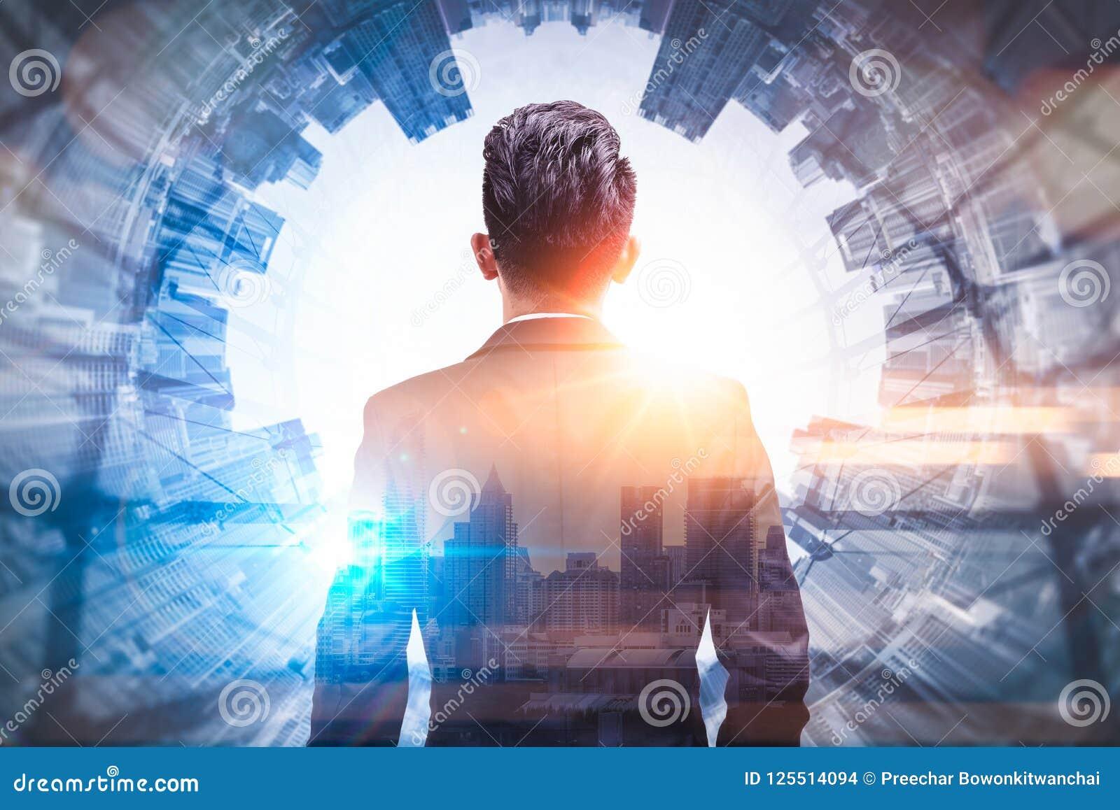 L image de double exposition de l homme d affaires reculant pendant le lever de soleil a recouvert avec l image de paysage urbain