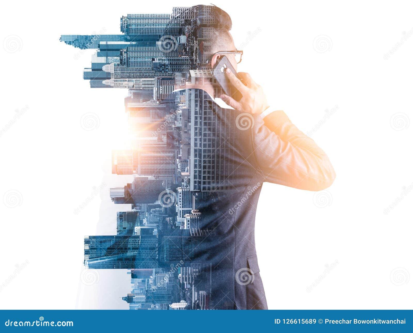 L image de double exposition de l homme d affaires utilisant un smartphone pendant le lever de soleil a recouvert avec l image de