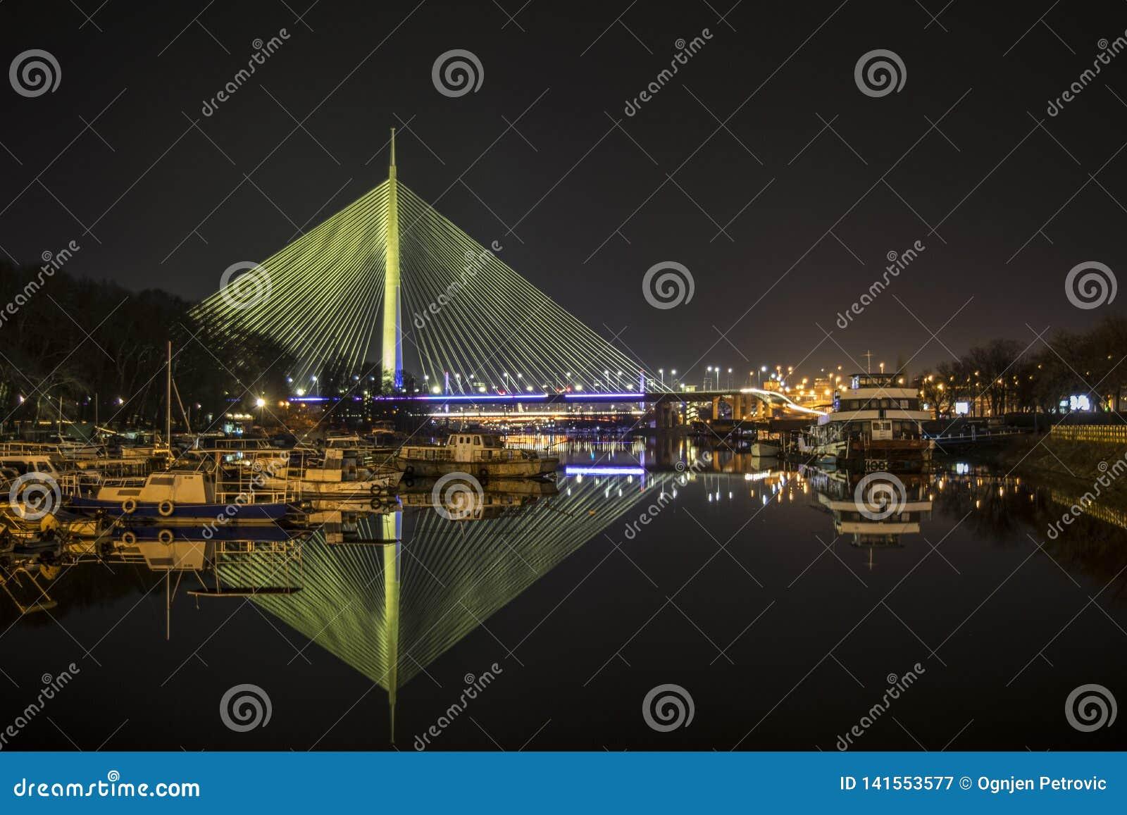 L image de nuit du pont sur l ADA avec la réflexion arrosent en clair tandis que l éclairage déborde