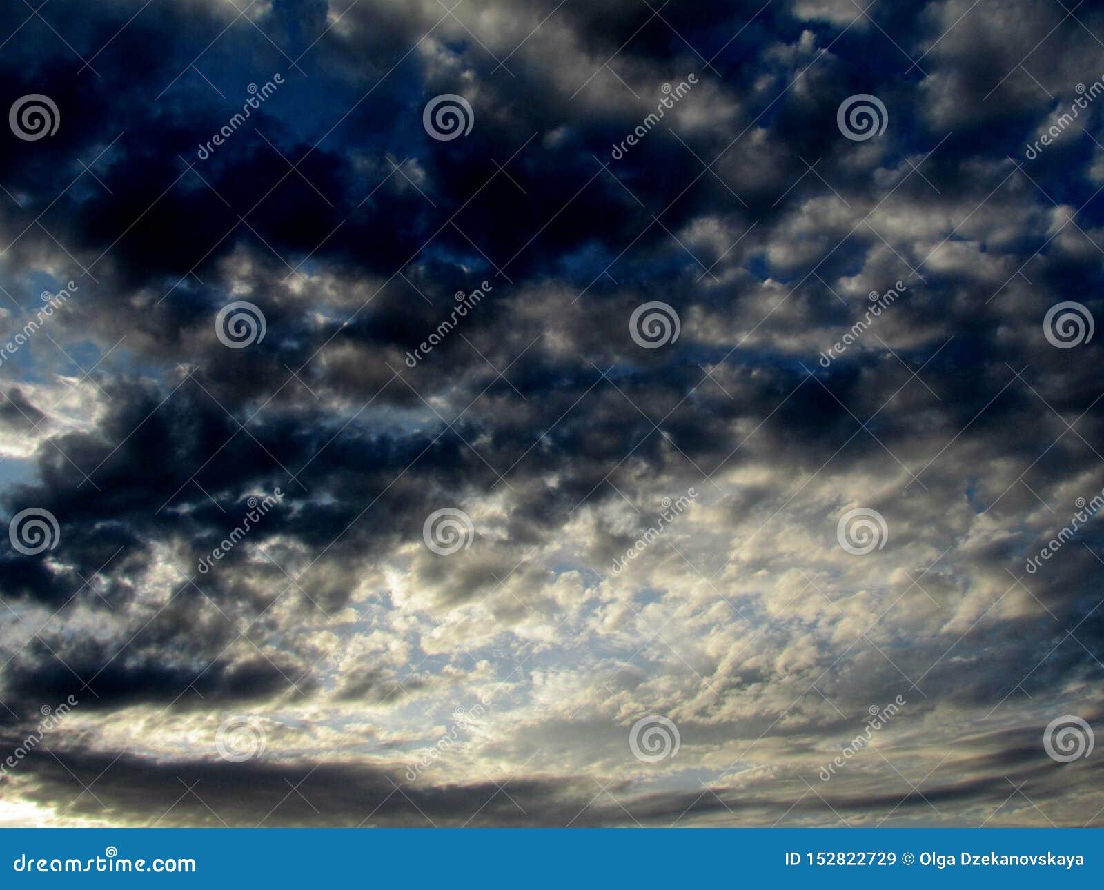 L image du ciel égalisant avec contraster d une manière fantaisiste le cirrus coloré et les nuages bleus fumeux