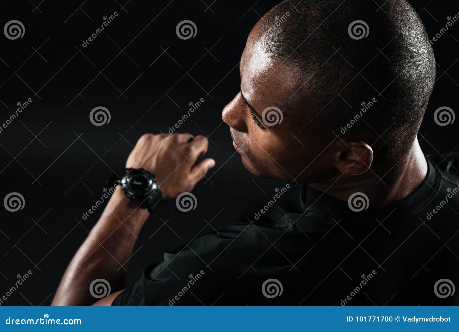 L image en gros plan du jeune homme afro-américain s est habillée dans le t-shi noir