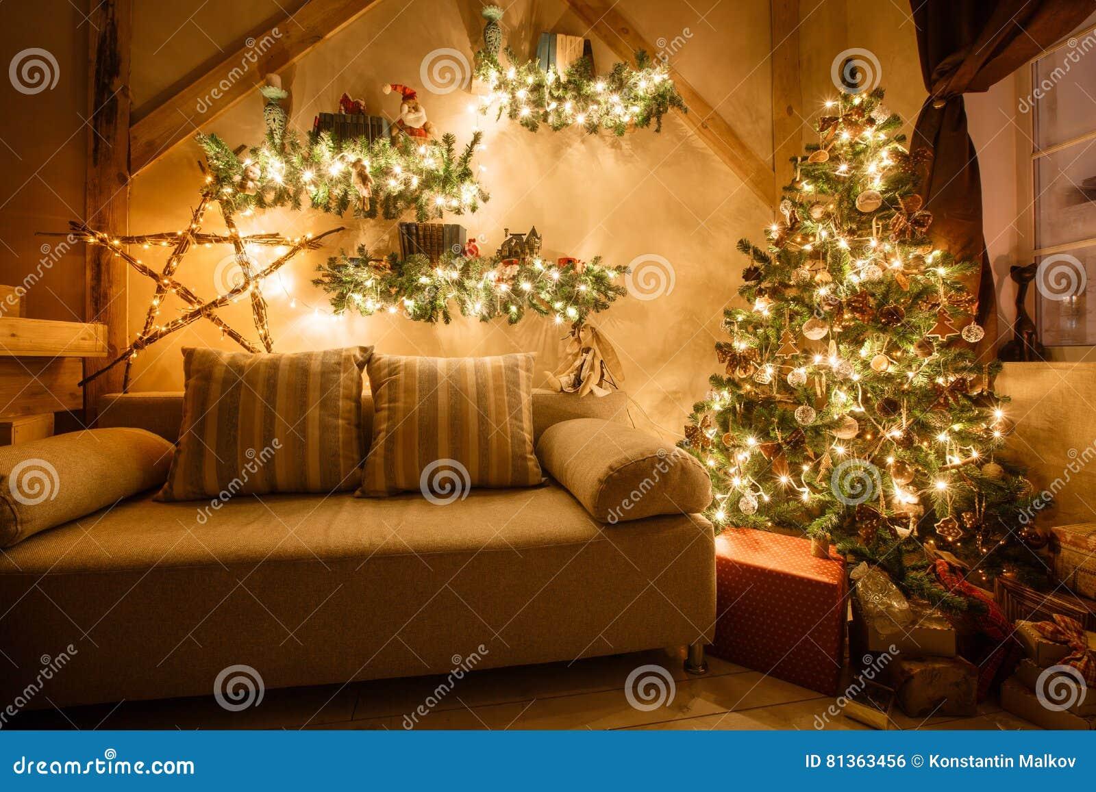 L immagine calma del salone domestico moderno interno ha decorato l albero di Natale ed i regali, il sofà, tavola coperta di cope