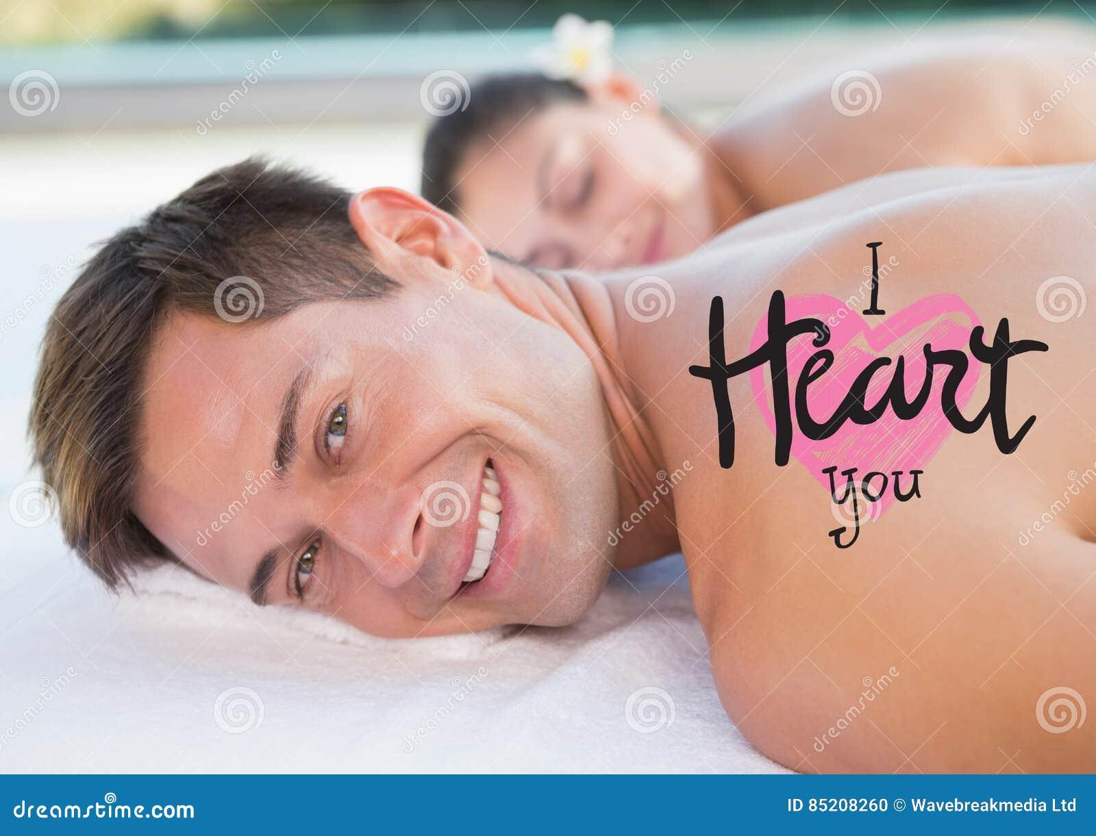 L immagine composita dell uomo alla stazione termale con i biglietti di S. Valentino manda un sms a