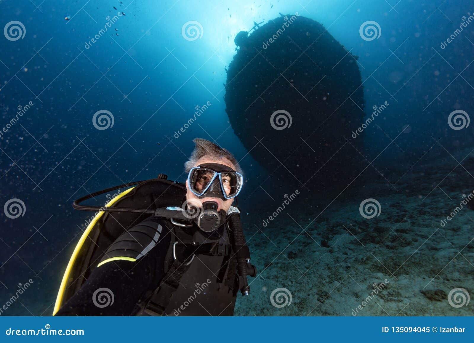 L immersione del subaqueo spedisce il relitto nell Oceano Indiano delle Maldive