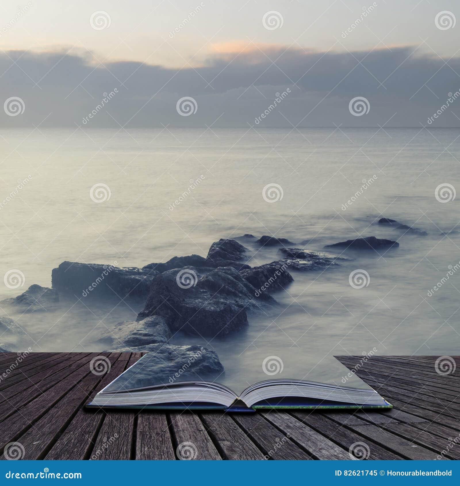 L incrocio pacifico ha elaborato l immagine del paesaggio del mare calmo sopra le rocce