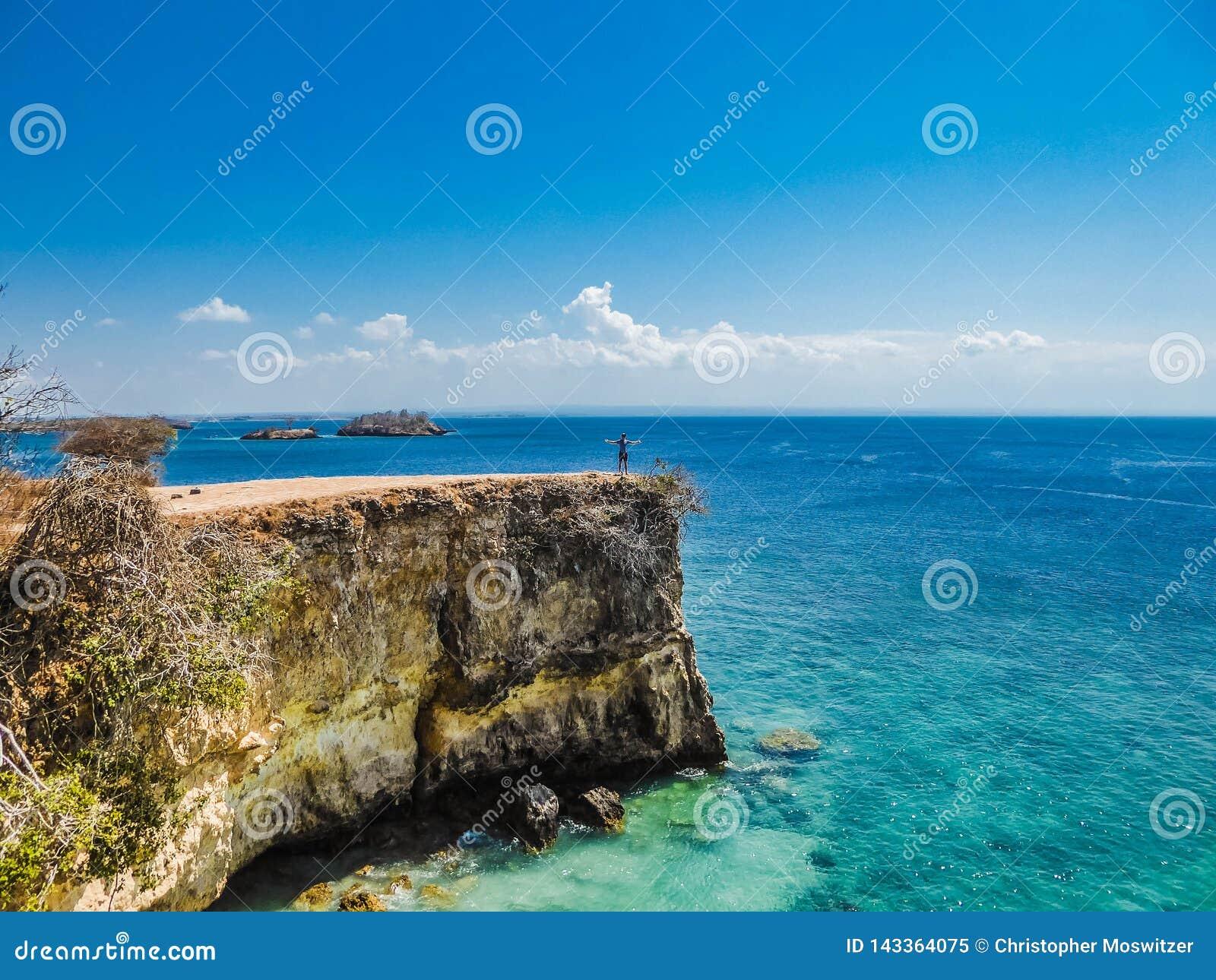 L Indonesia - il ragazzo e la scogliera rosa della spiaggia