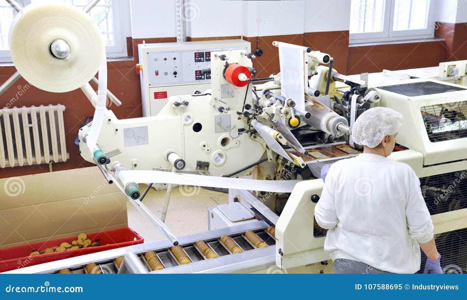 L industrie alimentaire - la production de biscuit dans une usine sur un convoyeur soit