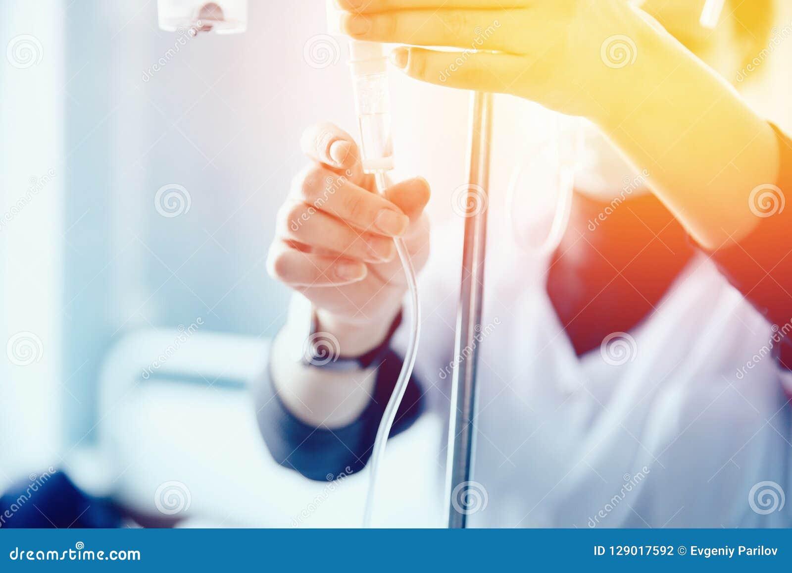 L infermiere mette il contagoccia paziente del ` s