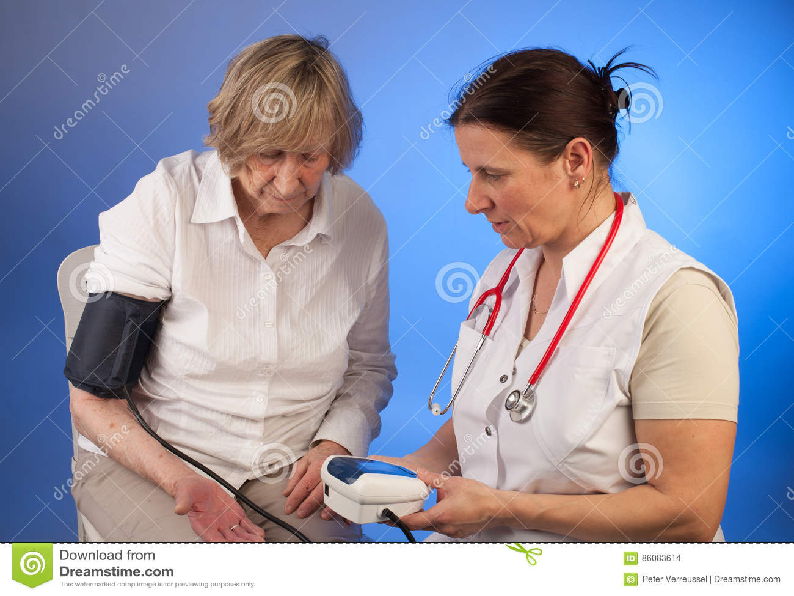 L'infermiere Misura La Pressione Sanguigna Eldely Della..