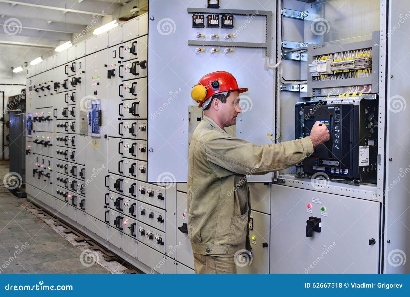 L ingénieur électrique utilise l équipement du standard