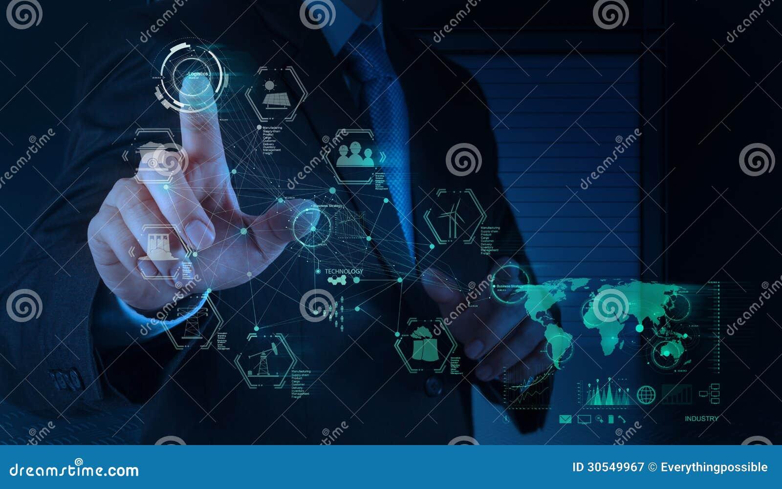 L ingénieur travaille le diagramme d industrie sur le calcul virtuel