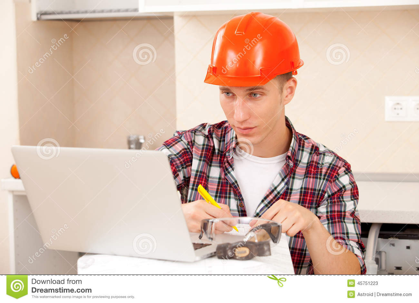 L ingegnere calcola le stime per la riparazione