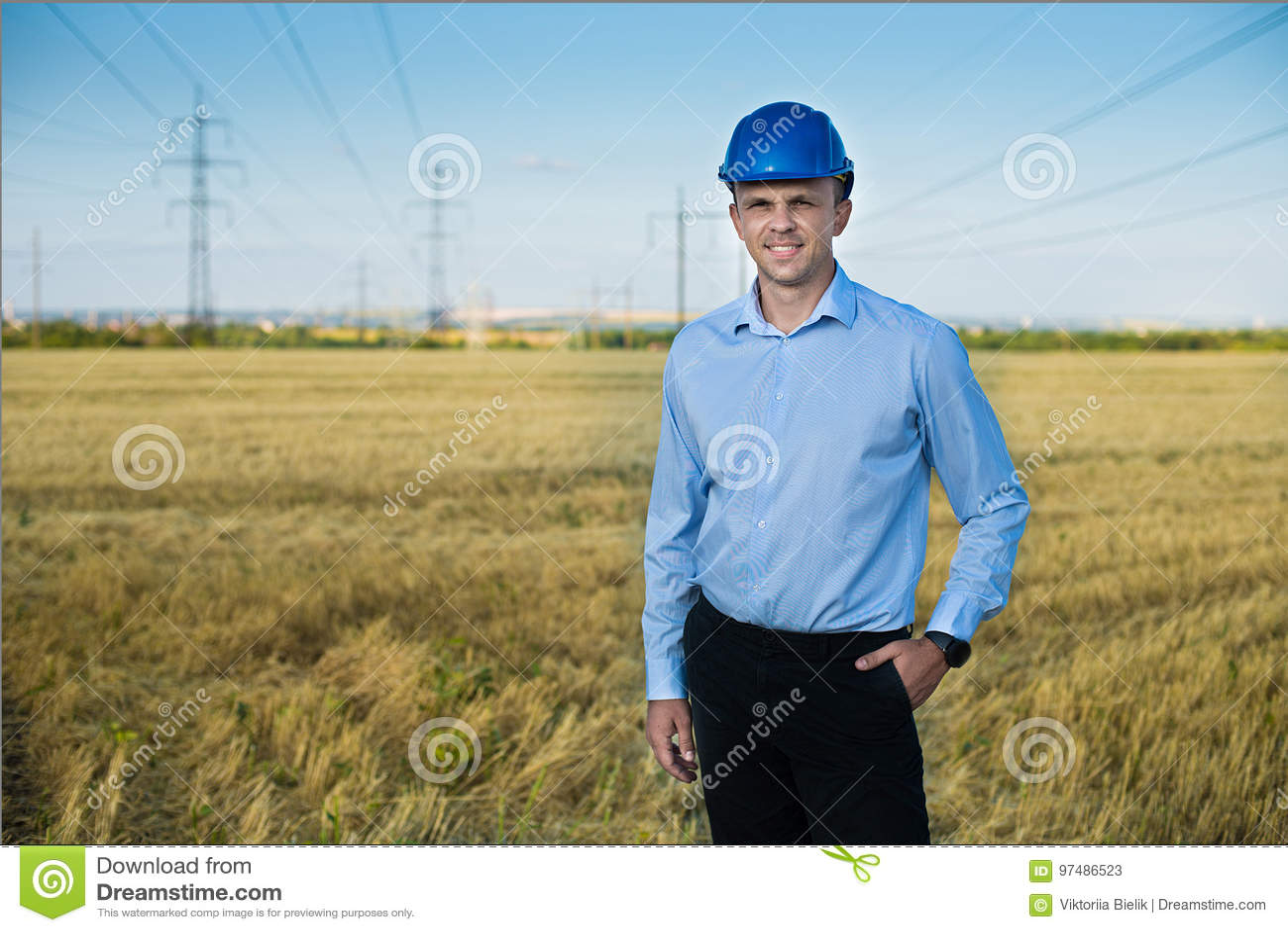 L ingegnere o il lavoratore sorride in casco protettivo