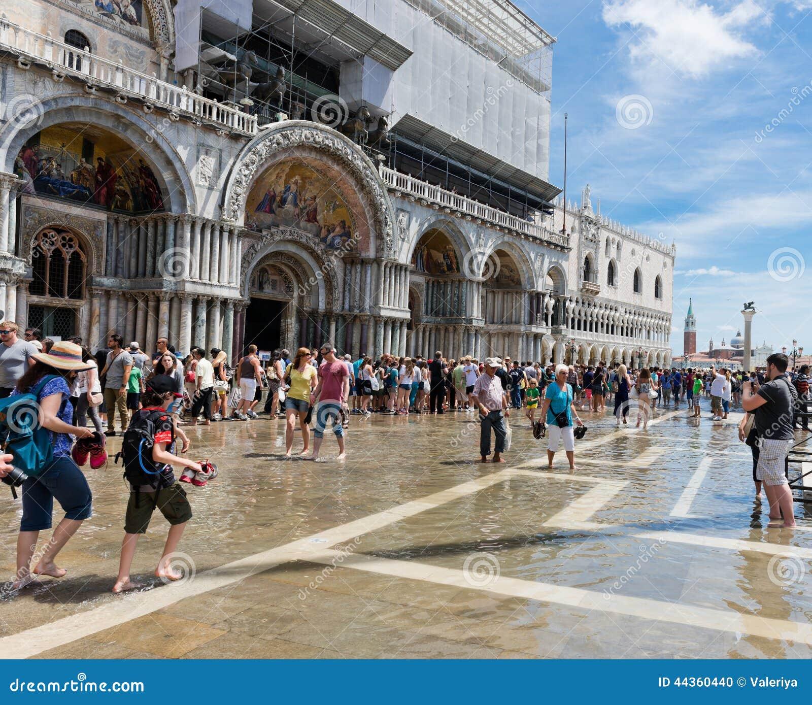 L inondazione del quadrato e dei turisti di St Mark il 16 giugno 2014 io