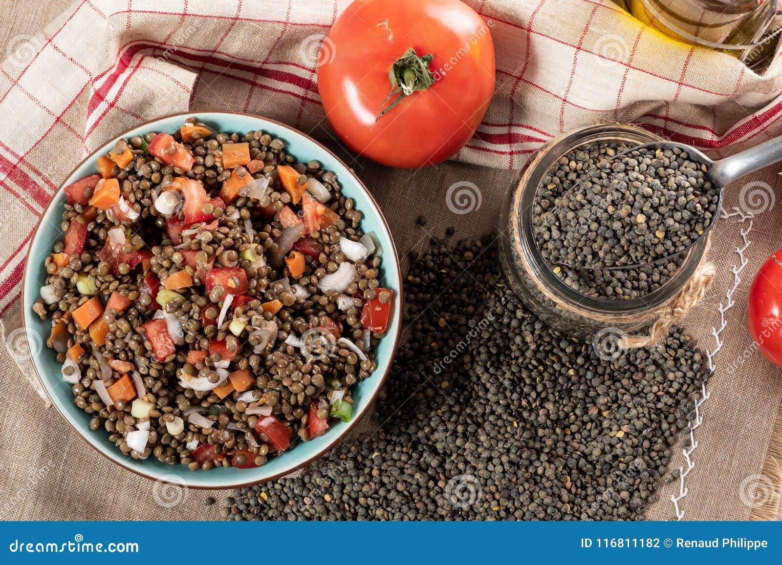 L insalata appetitosa della lenticchia con i pomodori e le cipolle