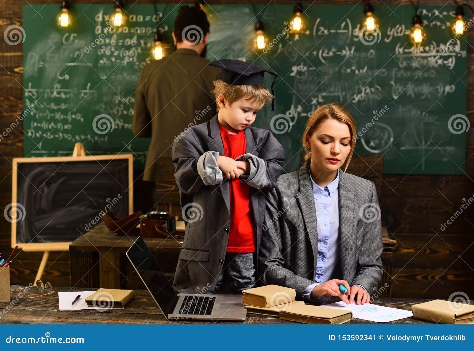 L insegnante attento che parla con suo studente nella classe di scienza all universit?, buona ricerca degli insegnanti ha impegna