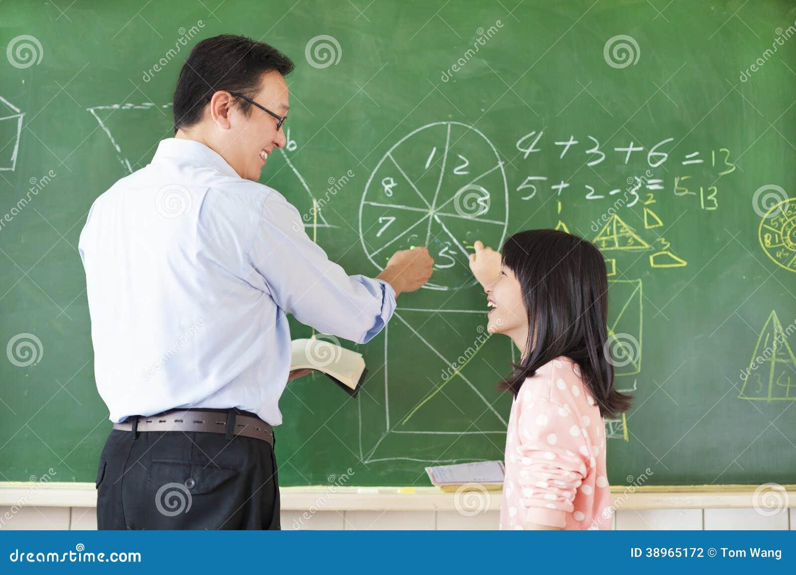 L'insegnante Insegna Allo Studente A Risolvere Le Domande ...