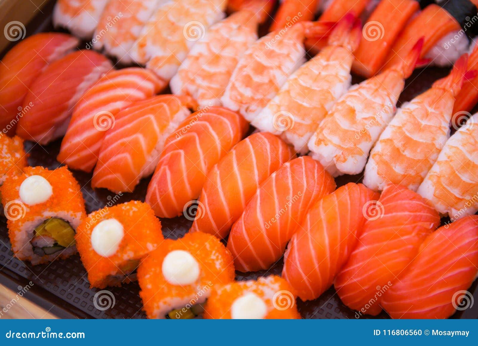 L insieme dei sushi sul vassoio pronto per mangia