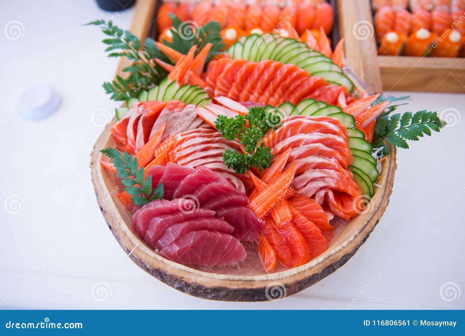 L insieme del sashimi sulla ciotola pronta per mangia