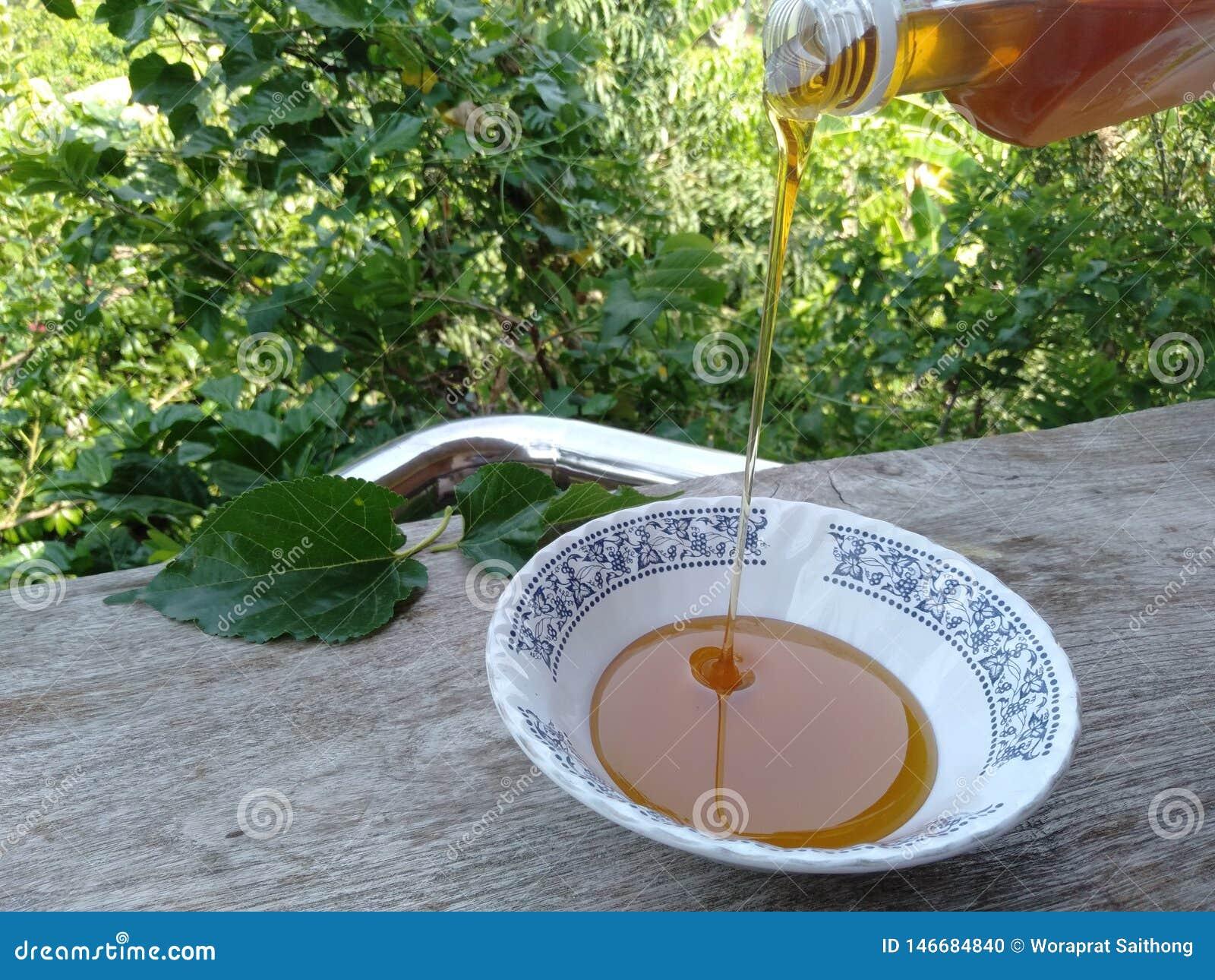 L instruction-macro d isolement par miel d?taill? par abeille a empil? tr?s le blanc