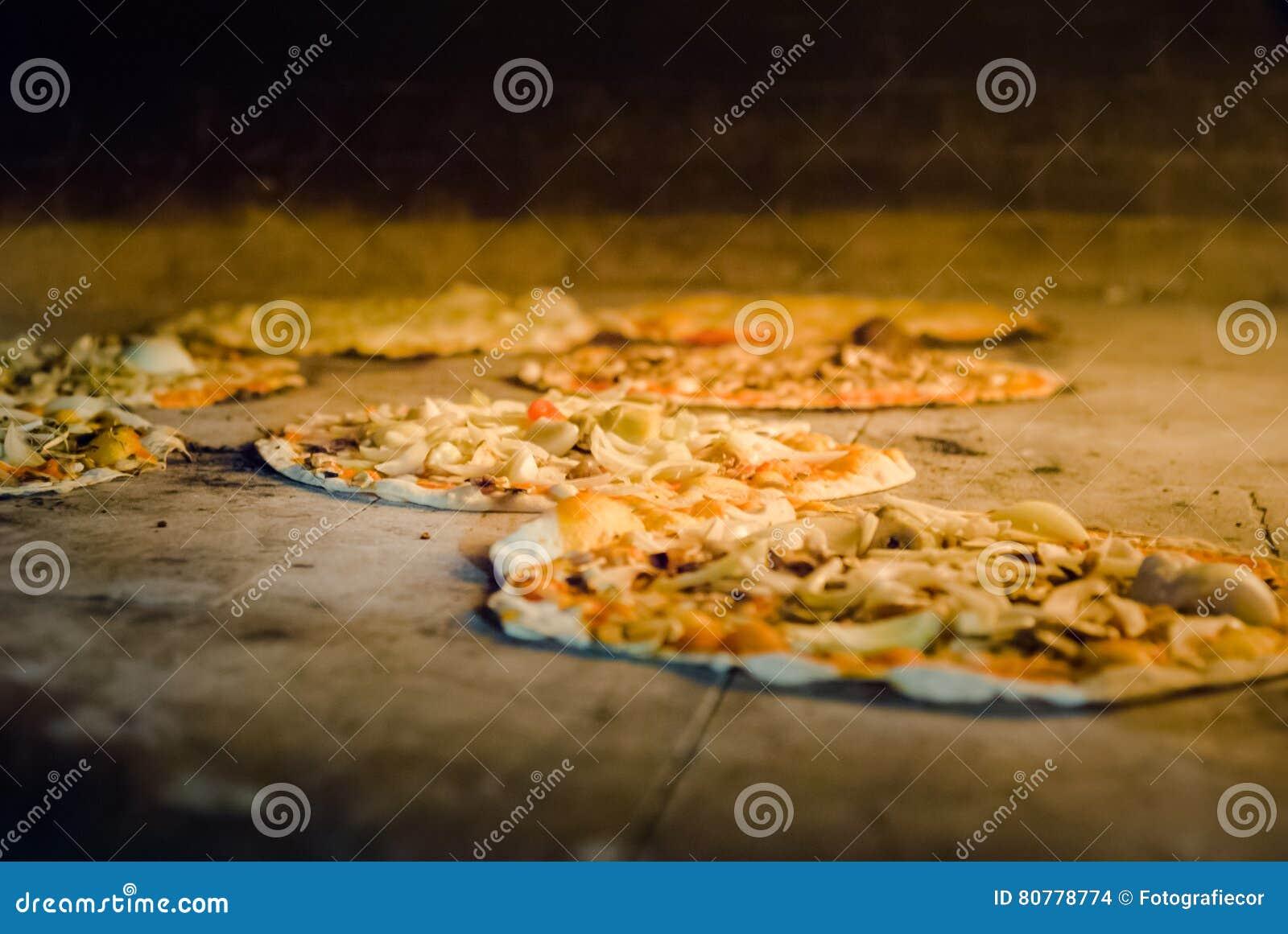 download lintrieur dun four de pizza avec le feu photo stock - Four A Pizza Interieur