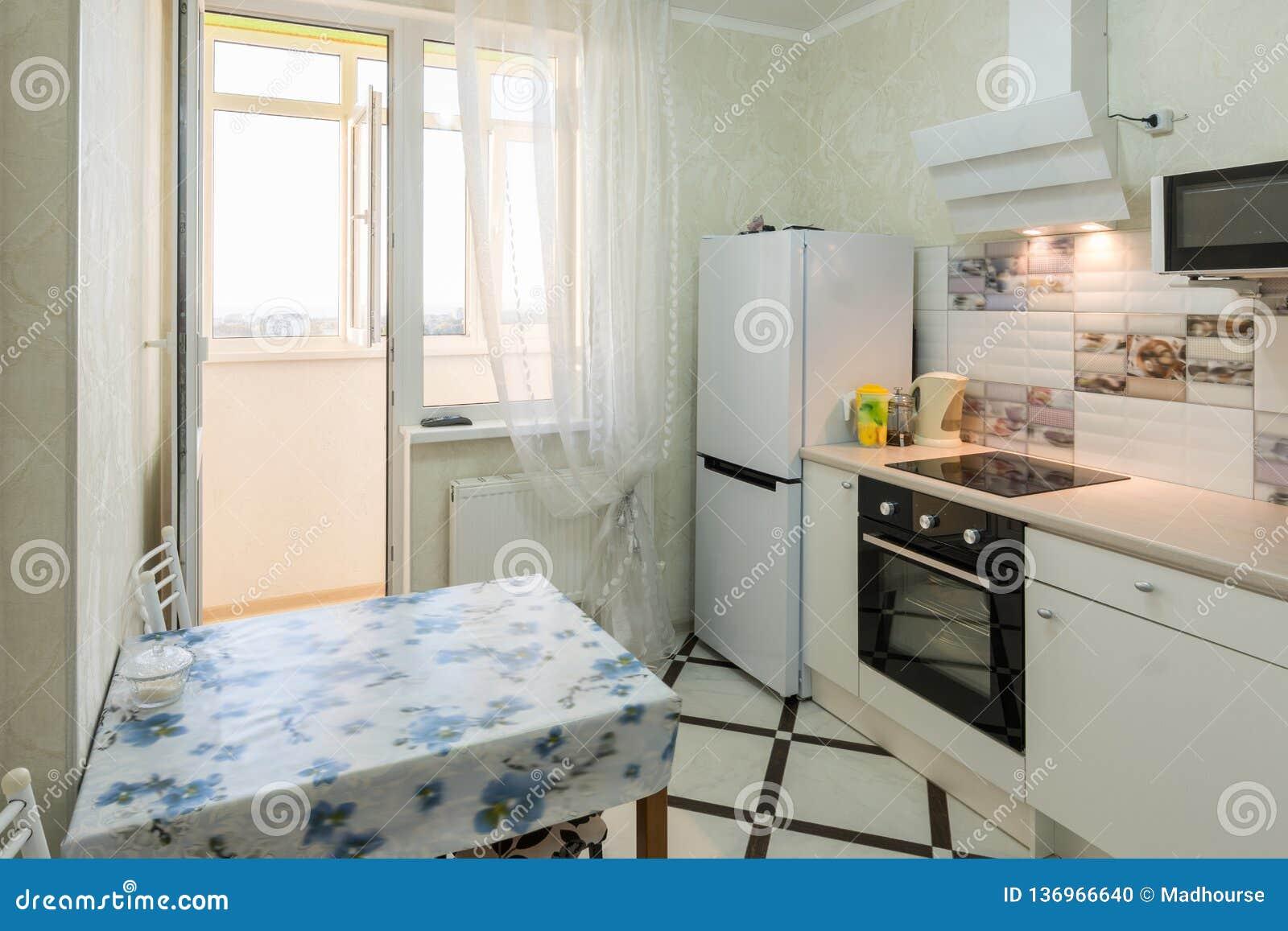 L Interieur D Une Petite Cuisine Avec Un Balcon Photo Stock