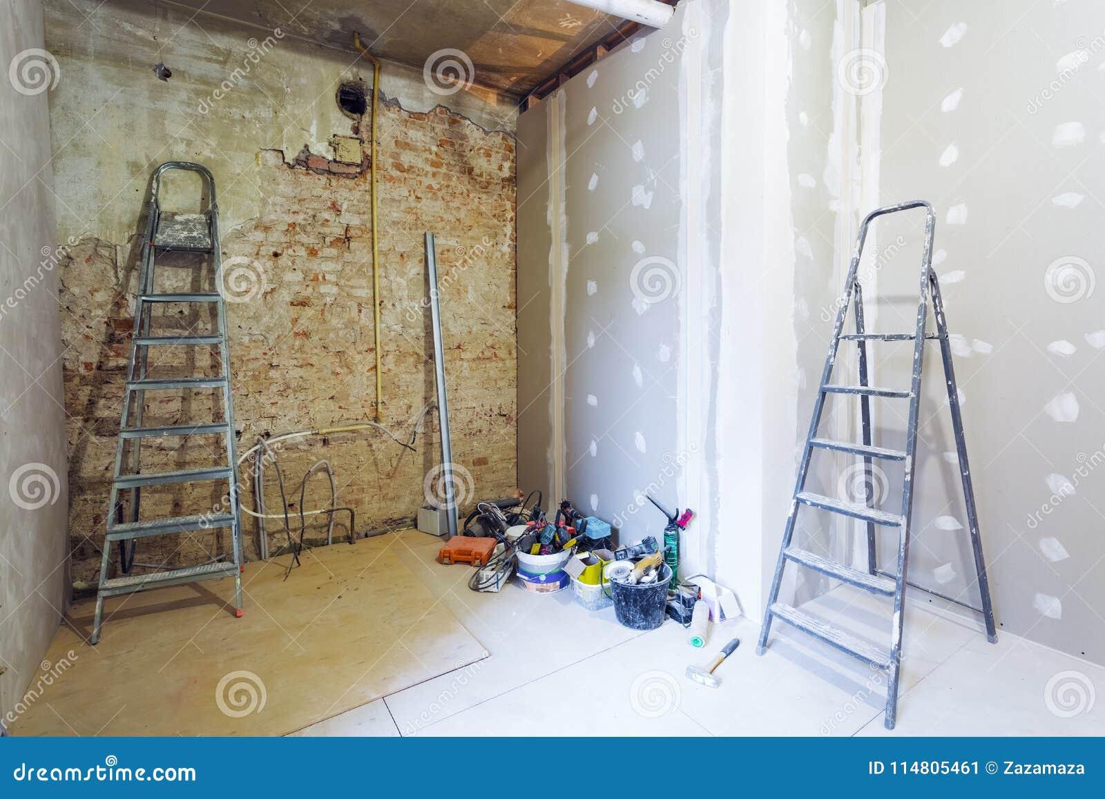 Faire Un Mur De Brique Intérieur l'intérieur de la pièce pendant de installent de la plaque