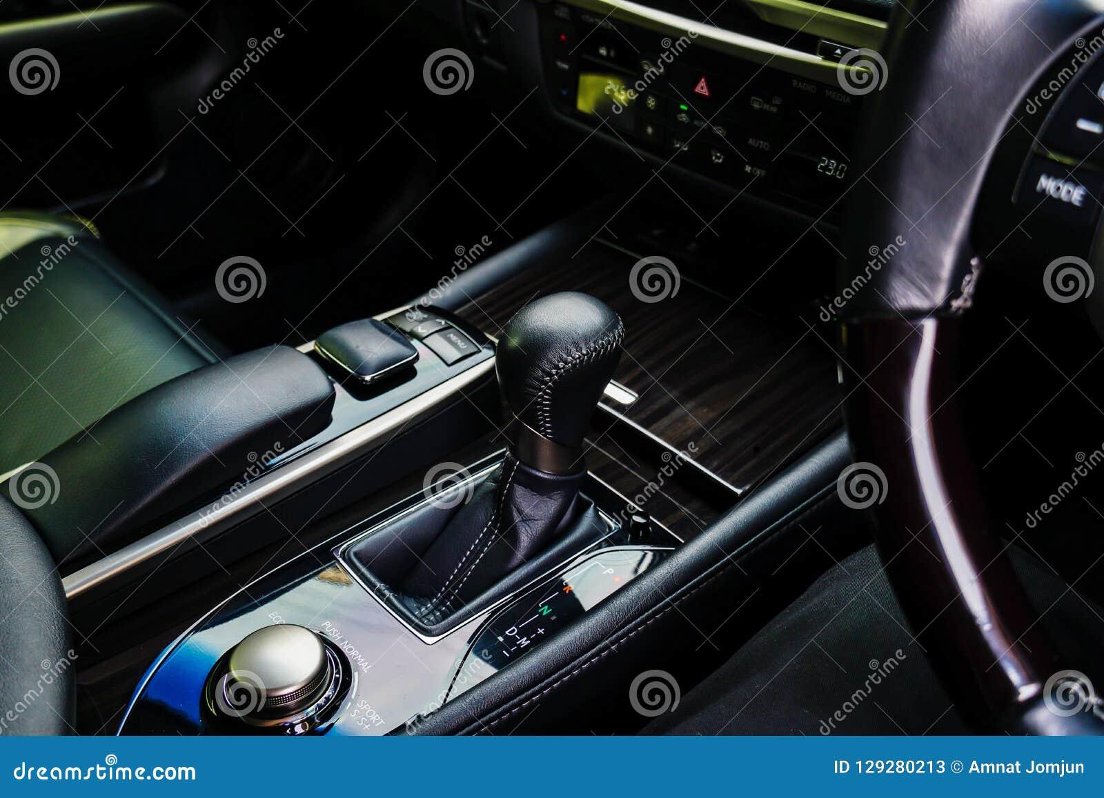 L intérieur en cuir noir d un véhicule européen de luxe centre