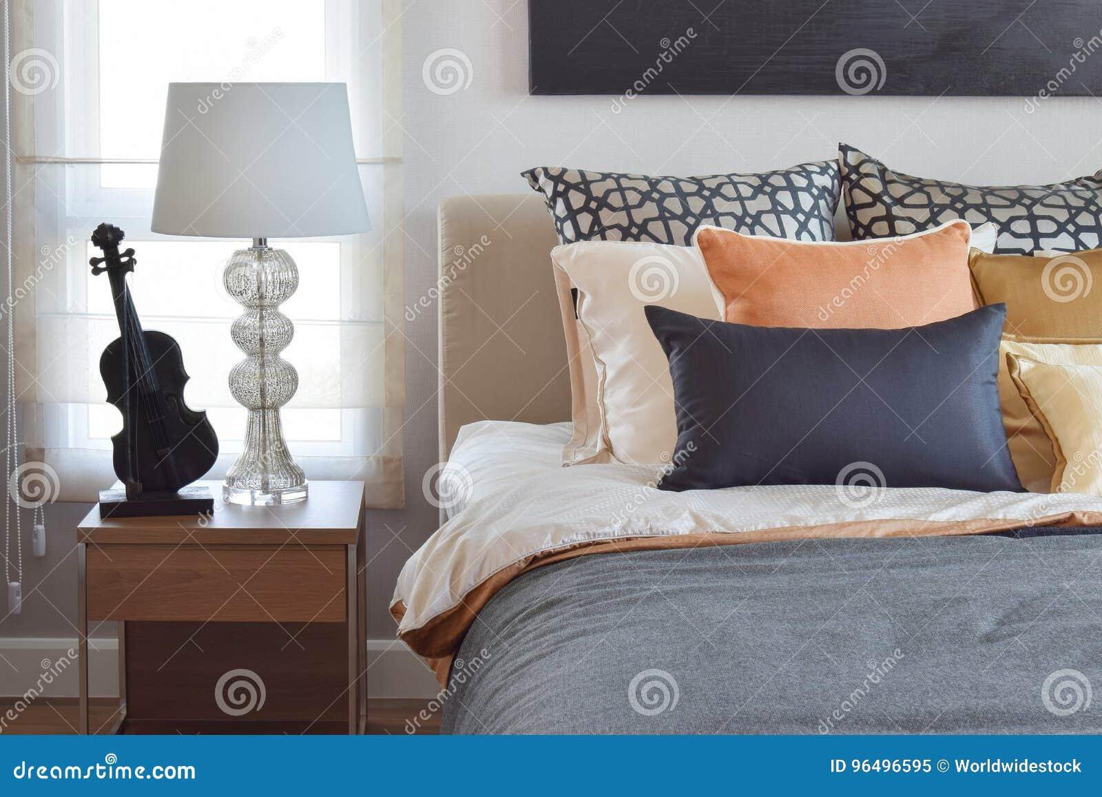 L\'intérieur Moderne De Chambre à Coucher Avec L\'orange Et L\'or Se ...