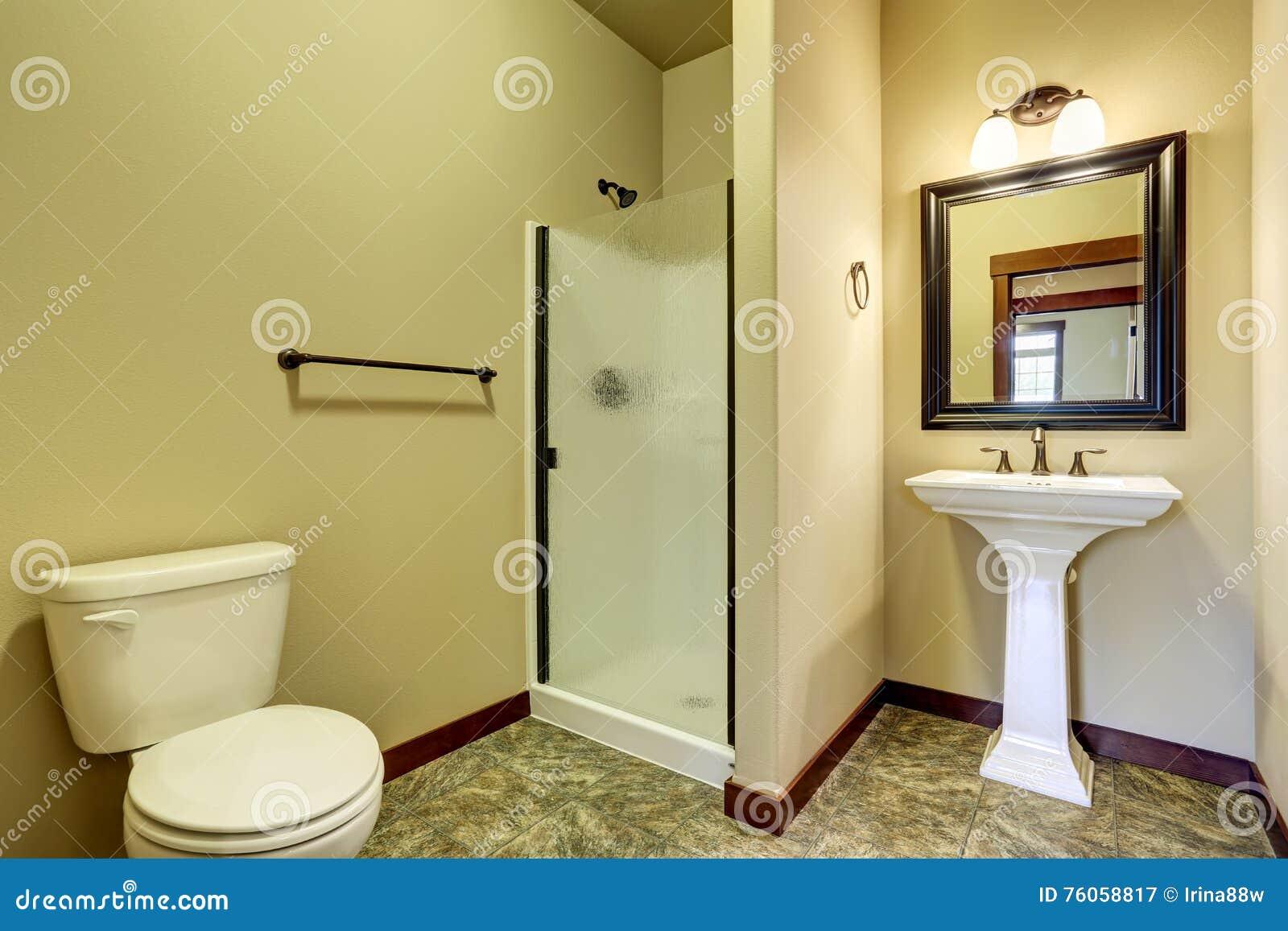L 39 interno del bagno con la pavimentazione in piastrelle - Toilette da bagno ...
