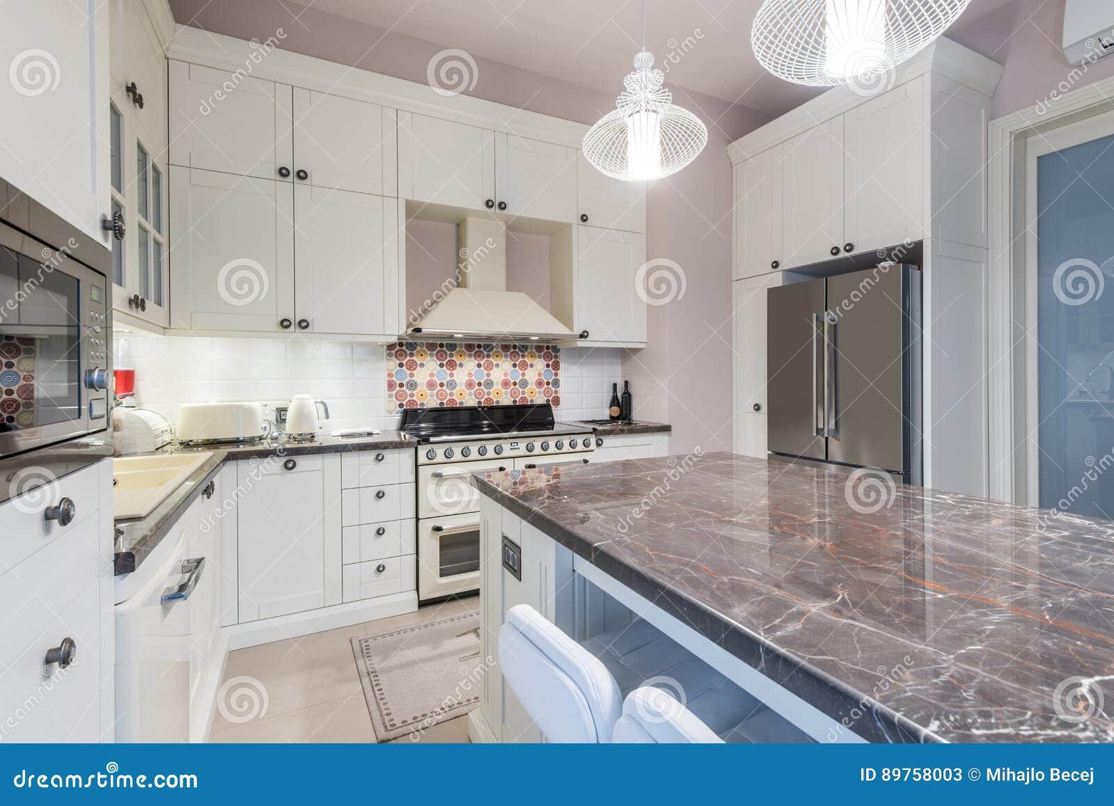 L\'interno Della Cucina Con L\'isola, Lavandino, Ha ...
