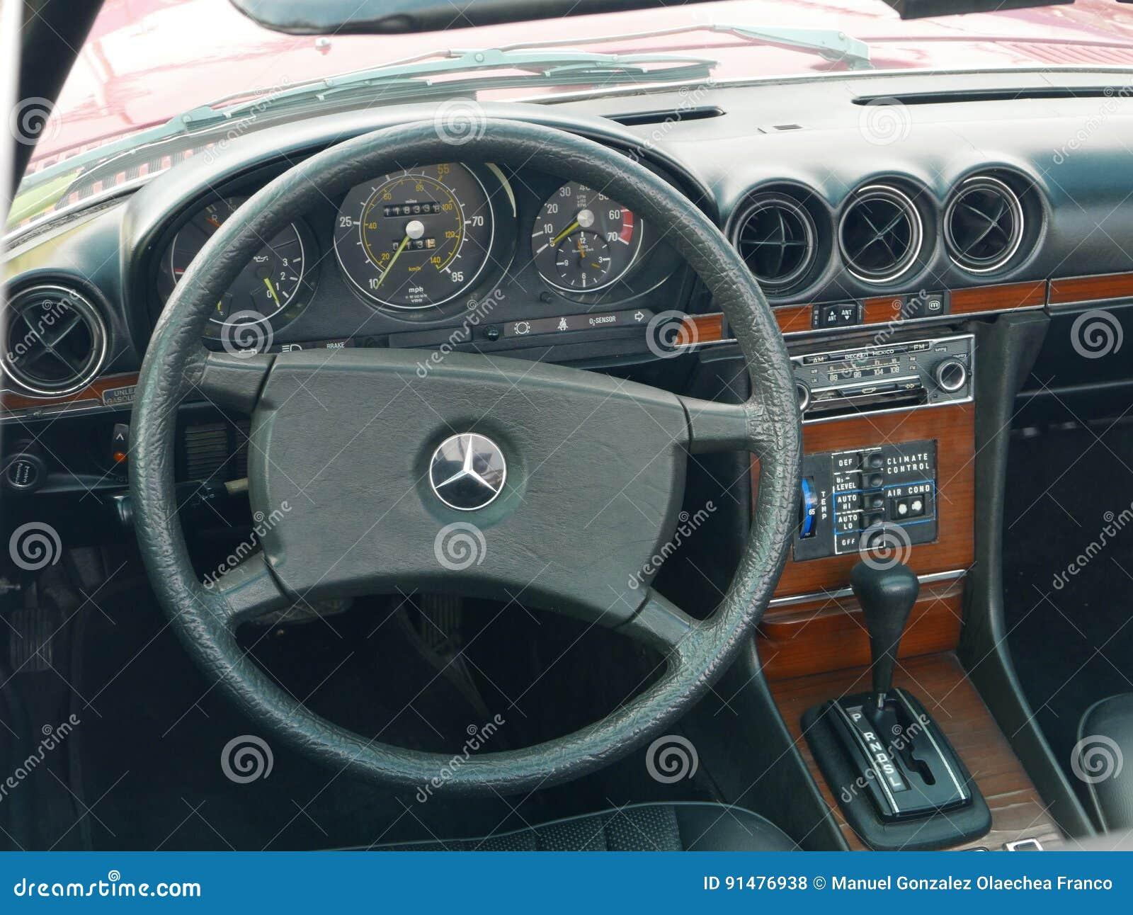 L'interno Di Mercedes-Benz 450 SL Ha Parcheggiato A Lima ...