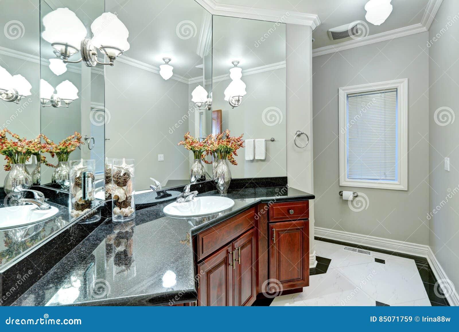 Bagno Con Mosaico Nero : L interno grigio molle del bagno si vanta il pavimento del marmo