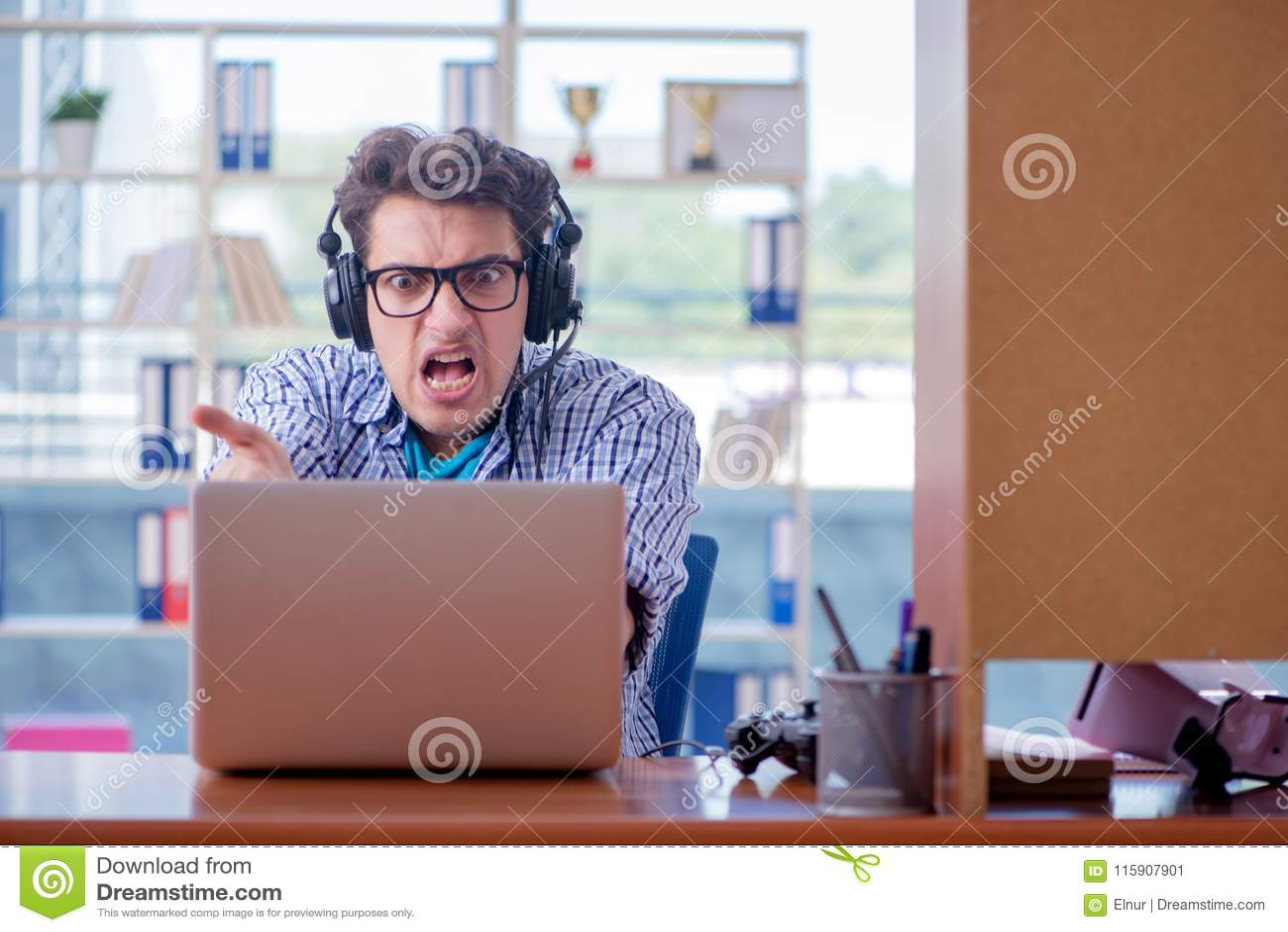 L intoxiqué de gamer jouant des jeux d ordinateur à la maison