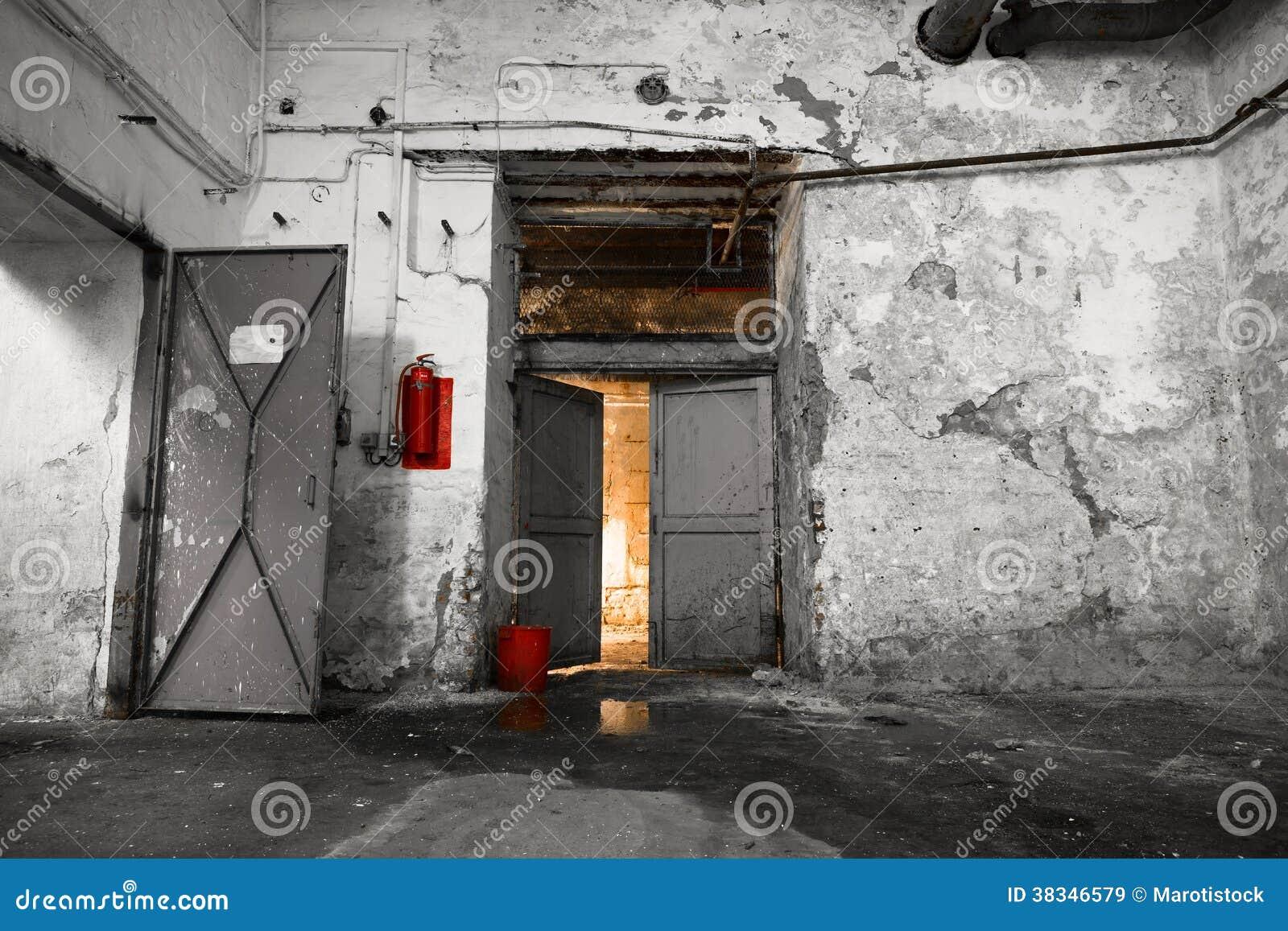 l 39 int rieur d 39 un vieux b timent industriel sous sol images libres de droits image 38346579. Black Bedroom Furniture Sets. Home Design Ideas