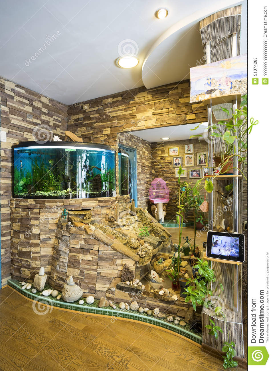 L 39 int rieur de l 39 appartement avec l 39 aquarium photo stock for Aquarium interieur