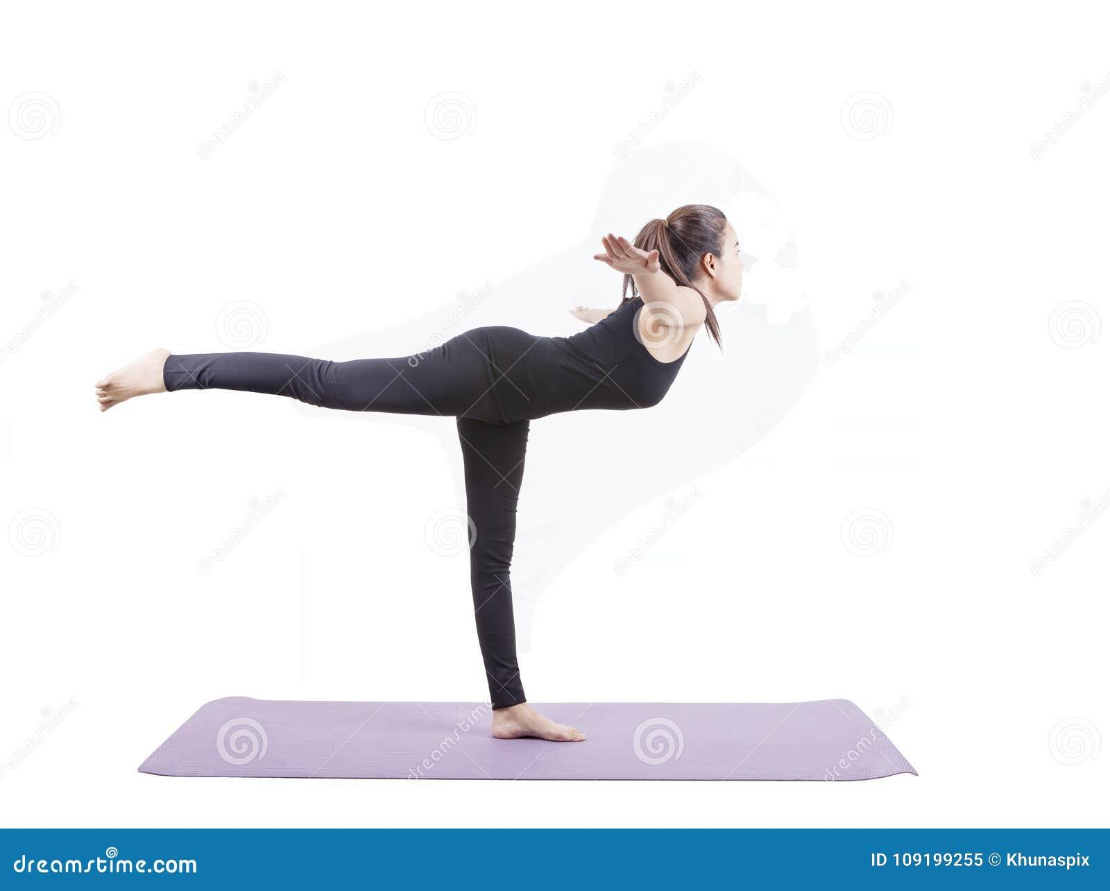 L invio asiatico di yoga di sanità della donna ha isolato il fondo bianco