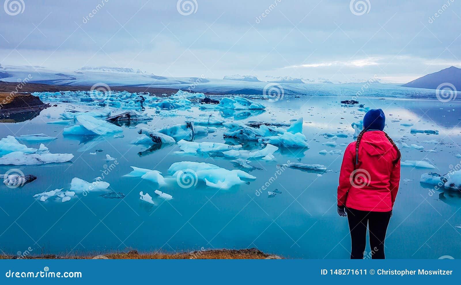 L Islanda - ragazza alla laguna del ghiacciaio