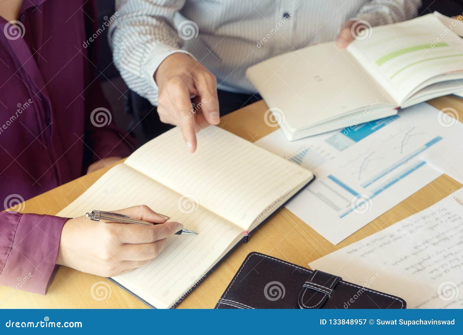 L istitutore con lo studente insegna a per imparare dalla classe