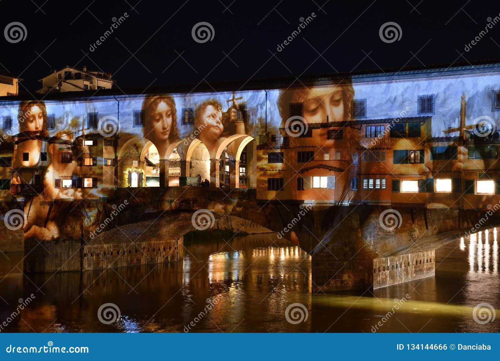 L Italia, Firenze, dicembre 2018: Il Ponte famoso Vecchio di Firenze si è illuminato nell occasione del volo - festival delle luc