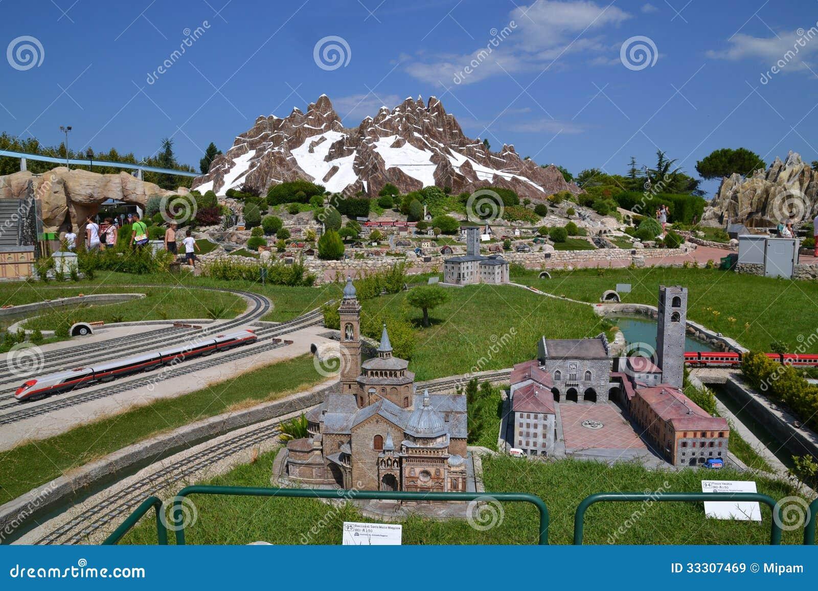 Cartina Dell Italia In Miniatura.L Italia In Miniatura Citta E Montagne Immagine Stock Editoriale Immagine Di Piccolo Ferrovia 33307469