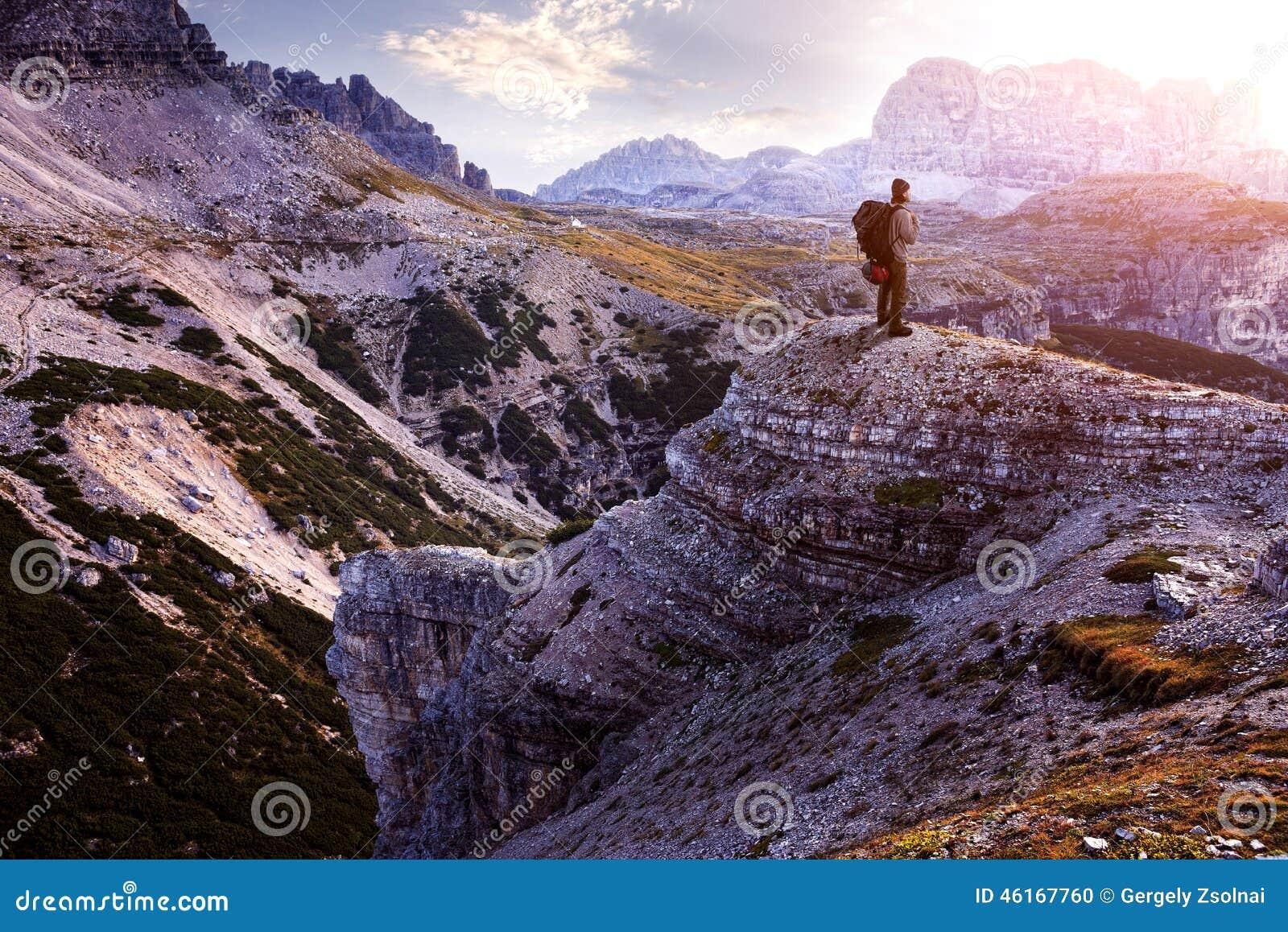 L Italie, dolomites - randonneur masculin se tenant sur les roches stériles