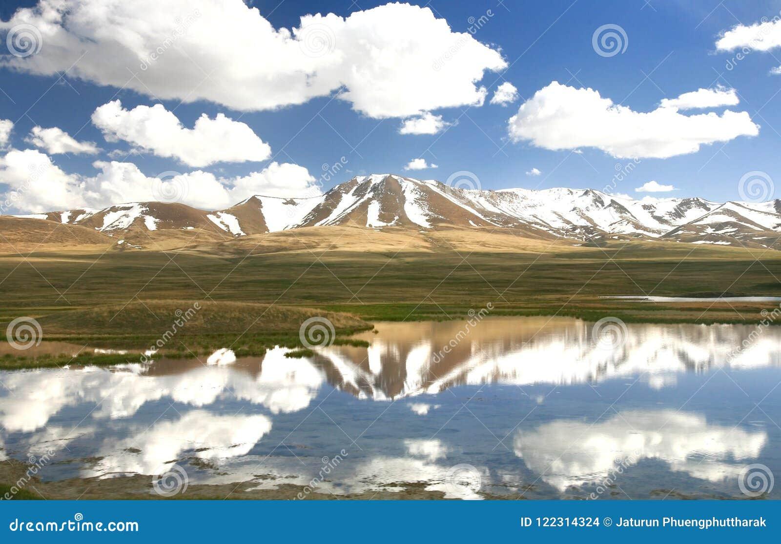 L itinerario di bello scenico da Biškek al lago del kul di canzone, Naryn con le montagne di Tian Shan del Kirghizistan