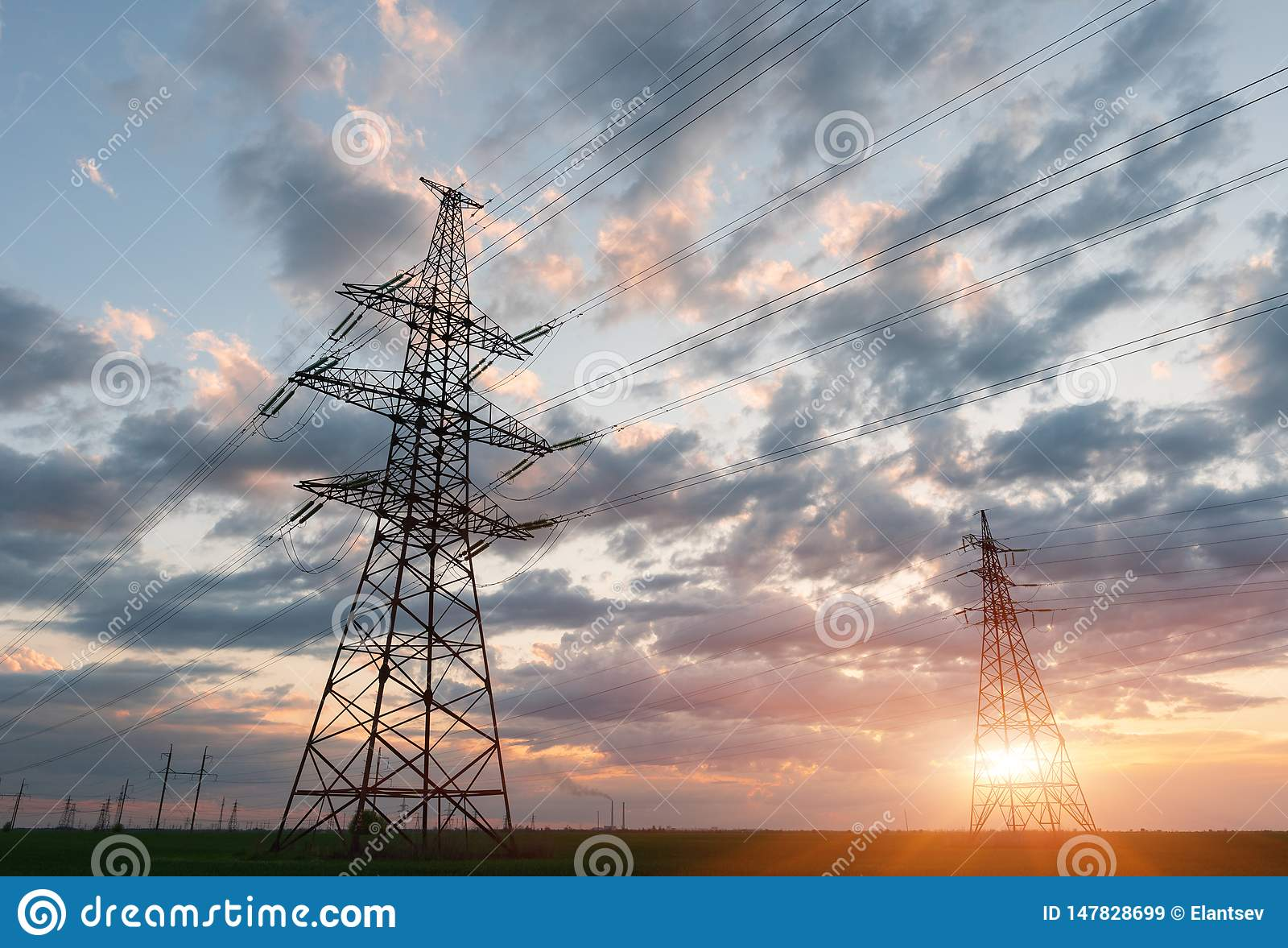 L?neas el?ctricas de alto voltaje Estaci?n de la distribuci?n de la electricidad Torre el?ctrica de alto voltaje de la transmisi?